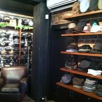 รูปภาพถ่ายที่ Goorin Bros. Hat Shop - West Village โดย Gus W. เมื่อ 12/12/2011