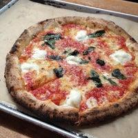 Photo prise au Antico Pizza Napoletana par Oren T. le8/21/2012