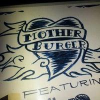 รูปภาพถ่ายที่ Mother Burger โดย Mayra A. เมื่อ 8/29/2012