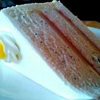 Photo prise au Empire Cafe par Mai P. le12/24/2011