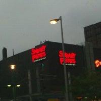 Foto tomada en Sneaky Pete's por Nicole H. el 9/18/2011