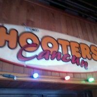 Foto tomada en Hooters por Jonathan M. el 11/27/2011