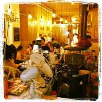 รูปภาพถ่ายที่ Coutume Café โดย Tim W. เมื่อ 6/3/2012