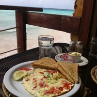 Foto scattata a Surfers Cafe da GiGi il 2/22/2012