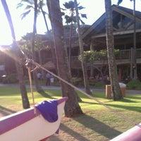 รูปภาพถ่ายที่ Duke's Kauai โดย Bryan W. เมื่อ 9/11/2011