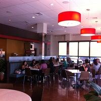Foto tomada en La Tour Cafe por Ryan O. el 2/2/2011