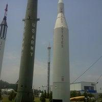 รูปภาพถ่ายที่ Space Camp โดย Sharon W. เมื่อ 6/29/2012