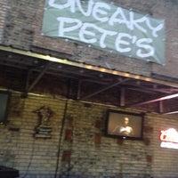 Foto tomada en Sneaky Pete's por Joe R. el 6/2/2012