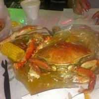 Снимок сделан в Raging Crab пользователем Shane D. 7/13/2012