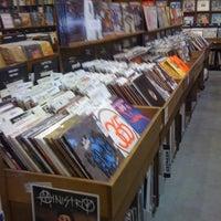 4/29/2012 tarihinde Abigail S.ziyaretçi tarafından Twist & Shout Records'de çekilen fotoğraf