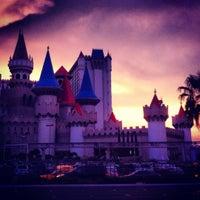 รูปภาพถ่ายที่ Excalibur Hotel & Casino โดย Lucas M. เมื่อ 8/1/2012