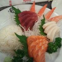 1/7/2012 tarihinde Tom H.ziyaretçi tarafından Kyoto Sushi Bar'de çekilen fotoğraf