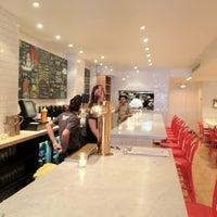 Снимок сделан в Murray's Cheese Bar пользователем Vic C. 8/24/2012