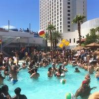 Foto tirada no(a) Palms Pool & Dayclub por Caleb S. em 9/2/2011