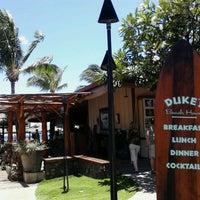 Foto tomada en Duke's Beach House por The Maui Couple el 6/3/2012
