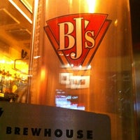 Foto scattata a BJ's Restaurant & Brewhouse da Fernando M. il 3/5/2012