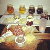 Das Foto wurde bei C'est Cheese von Iris C. am 6/17/2012 aufgenommen