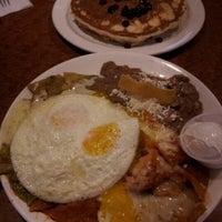Foto tirada no(a) Broken Yolk Cafe por Angela em 9/11/2012