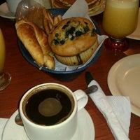 Foto tomada en Café de Carlo por Liz O. el 5/6/2012