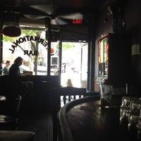 Foto tomada en International Bar por Leigh G. el 5/13/2012