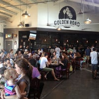 รูปภาพถ่ายที่ Golden Road Brewing โดย Matthew L. เมื่อ 6/18/2012