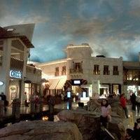 รูปภาพถ่ายที่ Miracle Mile Shops โดย Ryo H. เมื่อ 12/17/2011