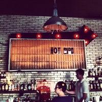 Das Foto wurde bei Hot Bird von Lisa L. am 5/31/2012 aufgenommen