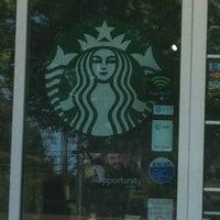รูปภาพถ่ายที่ Starbucks โดย Michelle C. เมื่อ 5/6/2012