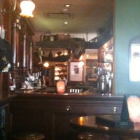 Foto tirada no(a) Tigin Irish Pub por Mark H. em 9/3/2011
