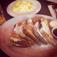 5/12/2012 tarihinde Courtney E.ziyaretçi tarafından Pann's Restaurant & Coffee Shop'de çekilen fotoğraf