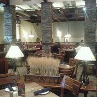 รูปภาพถ่ายที่ Firebirds Wood Fired Grill โดย Chris J. เมื่อ 10/7/2011
