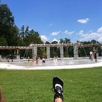 Foto tomada en Piedmont Park Legacy Fountain por Liam P. el 8/14/2011