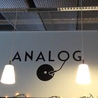 Foto tirada no(a) Café Analog por Chris Z. em 8/27/2012