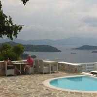 Foto tirada no(a) Kivo Art Hotel & Suites Skiathos por Thanasis O. em 9/8/2012