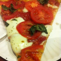 Foto diambil di Joe's Pizza oleh Robby R. pada 4/13/2012