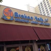 Foto tirada no(a) Broken Yolk Cafe por Rick H. em 7/10/2012
