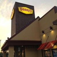 Foto scattata a Denny's da Damaris C. il 8/5/2012