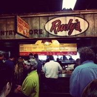 Photo prise au Rudy's Country Store & Bar-B-Q par Ryan H. le4/11/2012