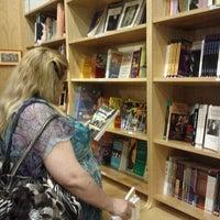 Das Foto wurde bei Drama Book Shop von Darve S. am 6/16/2012 aufgenommen