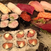 Photo prise au Blue Ribbon Sushi Bar & Grill par Theda S. le5/23/2012
