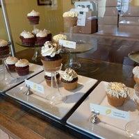 6/8/2012 tarihinde Carla J.ziyaretçi tarafından The Yellow Leaf Cupcake Co'de çekilen fotoğraf