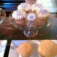 รูปภาพถ่ายที่ The Yellow Leaf Cupcake Co โดย Ashley P. เมื่อ 10/8/2011