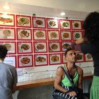 4/16/2012 tarihinde Angie O.ziyaretçi tarafından Xi'an Famous Foods'de çekilen fotoğraf