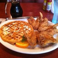 Photo prise au Gladys Knight's Signature Chicken & Waffles par John F. le3/23/2012
