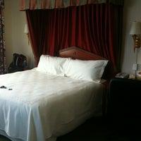 Foto diambil di Riverside Hotel oleh Kevin C. pada 3/24/2012