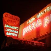 Foto scattata a Casa Bianca Pizza Pie da Eric L. il 12/4/2011