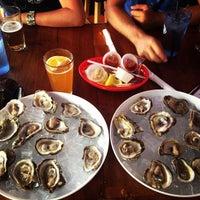 Foto tomada en Siesta Key Oyster Bar por Justin H. el 8/4/2012