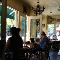 8/31/2012 tarihinde Thomas D.ziyaretçi tarafından Cafe Pick Me Up'de çekilen fotoğraf