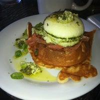 Das Foto wurde bei Waffle Era Tea Room von Yashira am 8/4/2012 aufgenommen