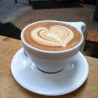 Foto tomada en Intelligentsia Coffee & Tea por J el 9/7/2011